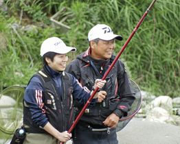 講師の指導を受けながらアユ釣りを楽しむ女性(左)=2018年6月、栃木県鹿沼市