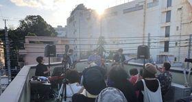ビル屋上でビートルズのライブを再現したイベント=佐世保市島瀬町(向井さん提供)