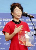 国際アートシアター連盟賞の授賞式でスピーチするHIKARI監督=16日、ベルリン(共同)