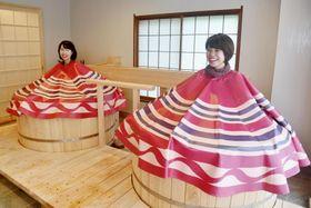 土湯温泉の「御とめ湯り」で「こけし蒸し」を楽しむ女性たち=8日、福島市