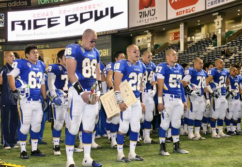 試合後、スタンドにあいさつする鷺野主将(28)ら関学大の選手たち=3日、東京ドーム