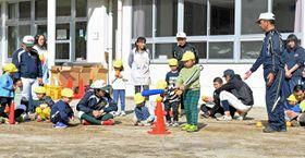 沼田、利根商業、利根実業、尾瀬の各高の部員が先生役。園児15人が軟らかいボールを投げたり、バットを振ったりと基本的な動作を学んだ=写真。