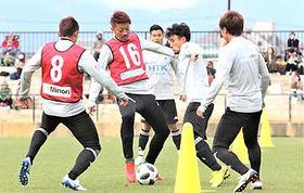 多くのサポーターが見守る中、17日のリーグ最終戦に向けて熱のこもった練習をする松本山雅の選手たち=14日、松本市かりがねサッカー場
