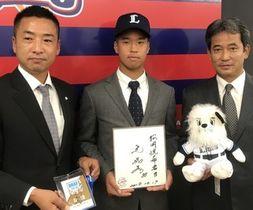 指名あいさつを受けた松岡(中央)と西武編成グループの鈴木氏(左)、潮崎氏