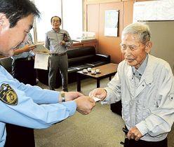 楠ケ谷署長から運転経歴証明書を受け取る鈴木さん(右)=菊川署