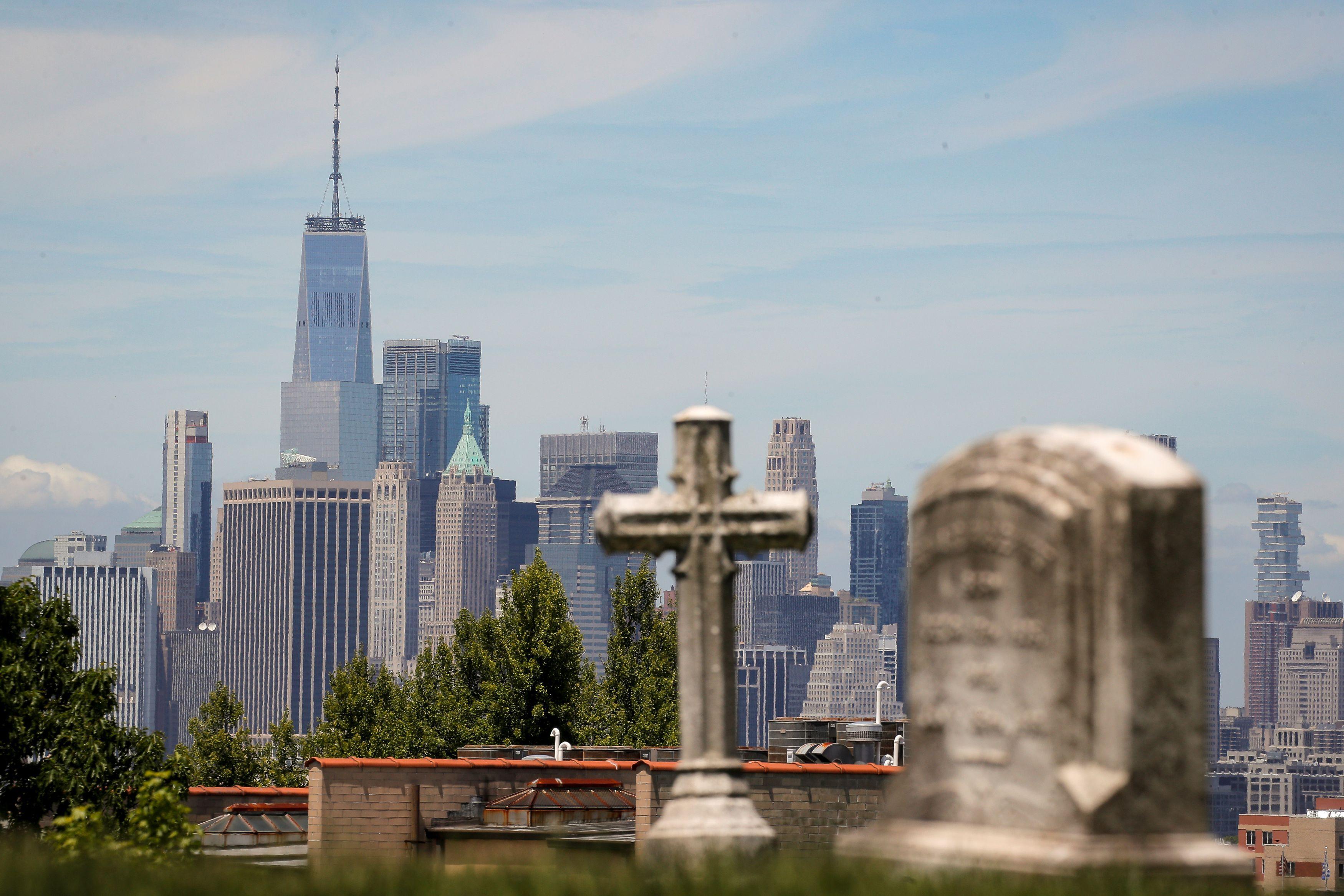 ニューヨークの墓地=27日(ロイター=共同)