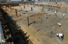 大坂城三ノ丸で見つかった、佐竹義宣の大名屋敷とみられる建物跡の発掘現場=大阪市