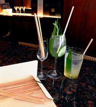 国産スギの間伐材を利用した木製ストローと、ハイアットリージェンシー那覇沖縄で期間限定で販売される木製ストローで飲むカクテル=5日、那覇市の同ホテル