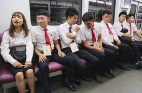 観光で地下鉄に乗る日本と北朝鮮の大学生=22日、平壌(共同)