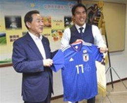 北村正平市長(左)にユニホームをプレゼントした長谷部誠選手=18日午後、藤枝市役所