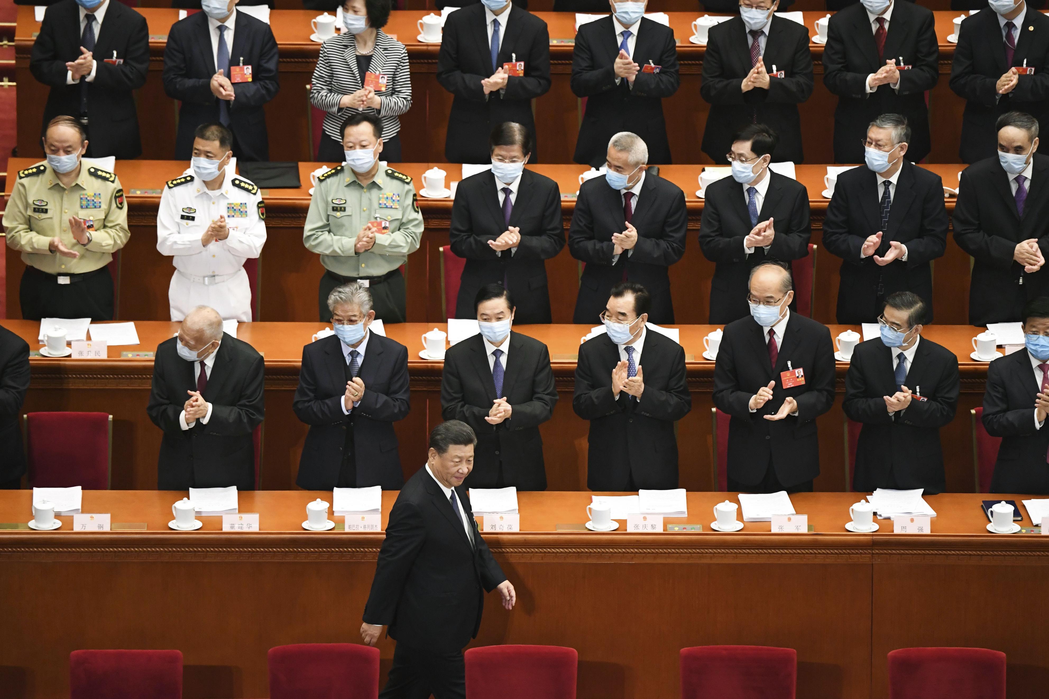 中国全人代の開幕式にマスクを着けずに臨む習近平国家主席(下)=22日、北京の人民大会堂(共同)