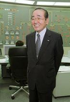 笑顔で取材に応じる高須氏(2000年9月)