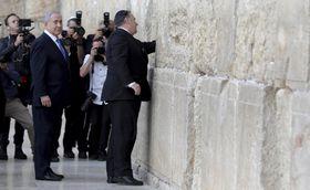 「嘆きの壁」を訪れたポンペオ米国務長官(中央)とネタニヤフ首相=21日、エルサレム(AP=共同)