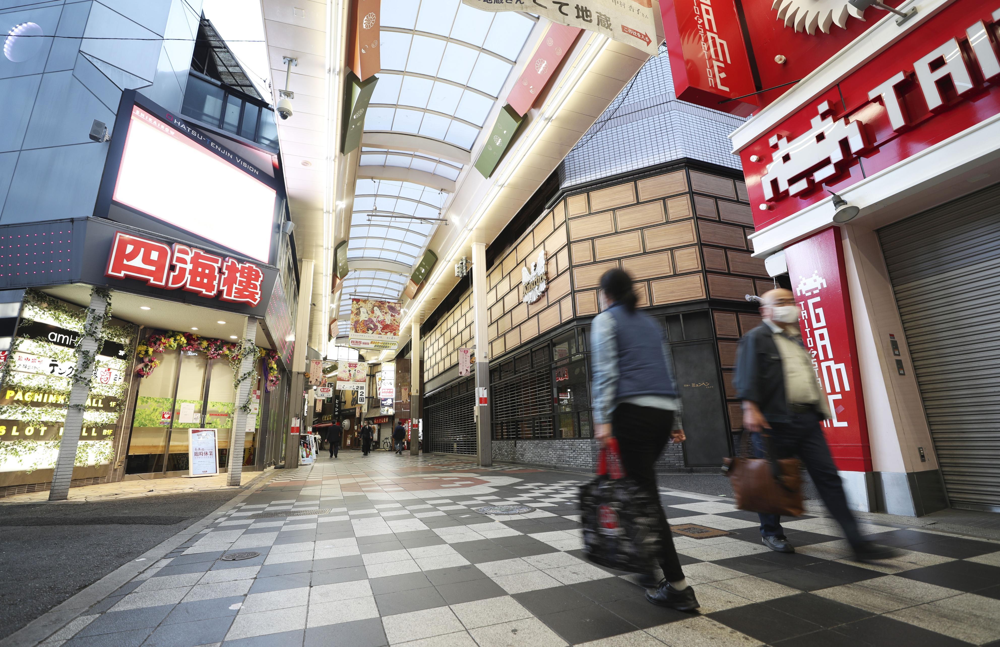 人通りの少ない大阪・梅田の繁華街=30日午後6時22分