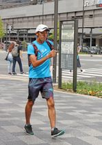 競歩で日本一周を目指している樋熊さん(京都市南区・JR京都駅前)
