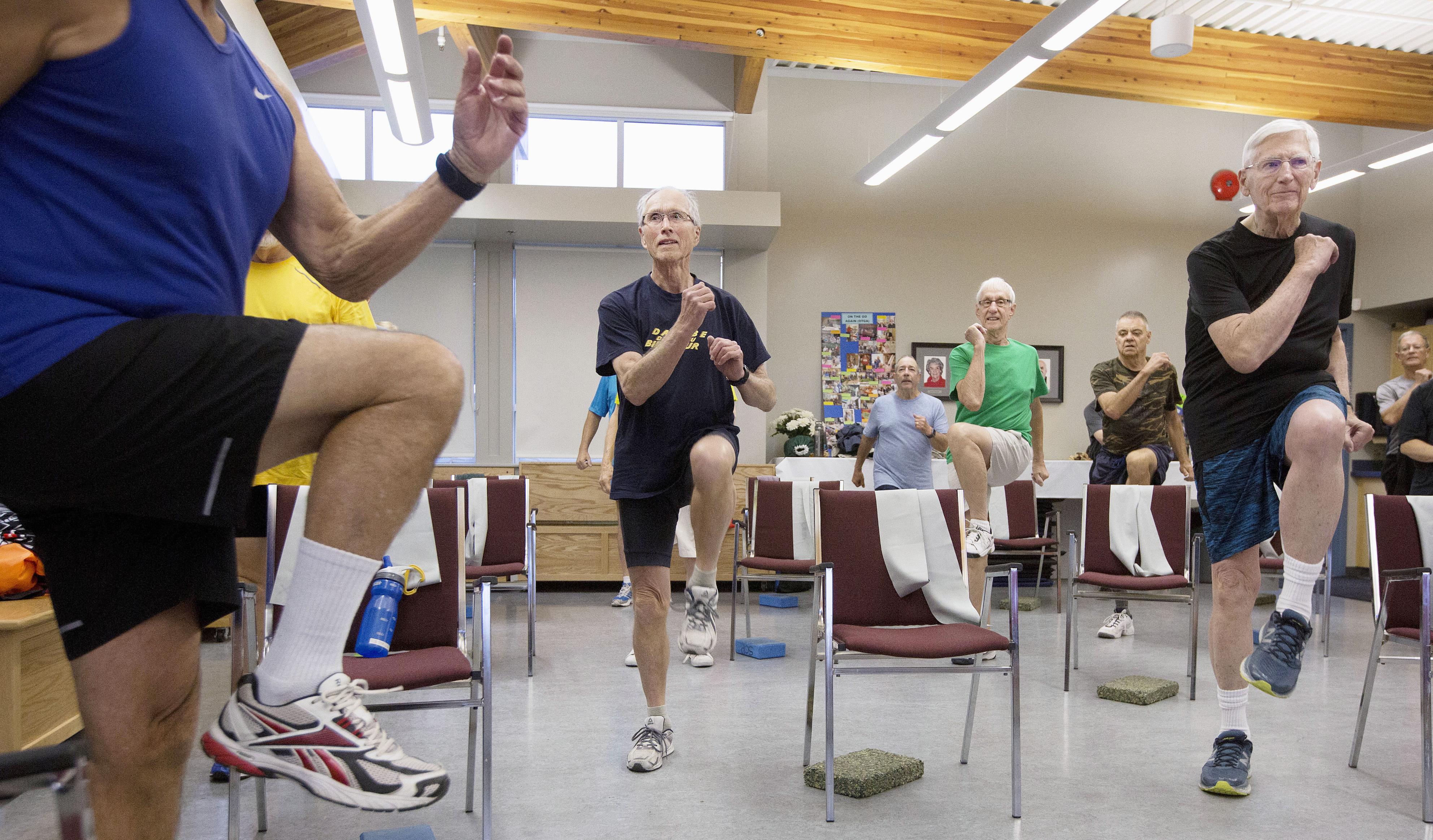 コルドバベイ55プラス協会の「男のフィットネス」。笑いを交えながらも真剣な運動に汗を流す=10月、カナダ・ブリティッシュコロンビア州サーニッチ(共同)