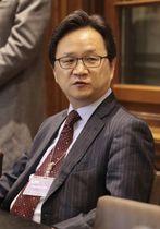 日本との協議を終え、記者団の質問に答える韓国産業通商資源省の丁海官・新通商秩序協力官=19日、スイス・ジュネーブ(共同)