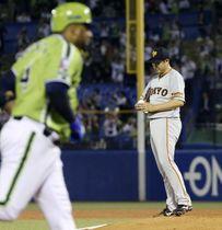 3回、ヤクルトのバレンティン(左)に3者連続本塁打となるソロを浴びた巨人・菅野=神宮