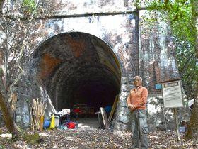 「日本3大廃線トンネル群として全国的にPRしていきたい」と語る村上真善理事長=愛知県春日井市玉野町、愛岐トンネル群