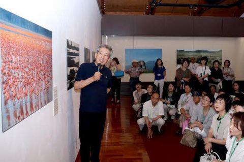 トークイベントで動物の生活について語る浅尾さん(左端)