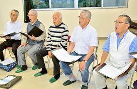 ハワイでの公演に向けて練習に励む佐藤会長(右)ら