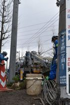 乗用車が突っ込み根元が折れた電柱=横浜市青葉区すすき野1丁目