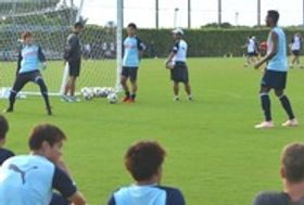 全体練習後、パス交換しながら談笑する磐田の大南(左)とファビオ(右)=磐田スポーツ交流の里ゆめりあ