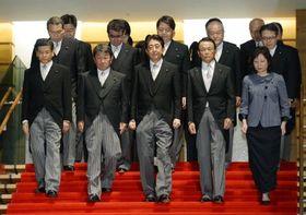 改造内閣が発足、初閣議後の記念撮影に臨む安倍首相(中央)と閣僚たち=3日夜、首相官邸