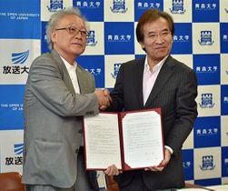 協定を締結し、記念写真に納まる來生学長(左)と金井学長