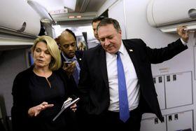 パナマからメキシコに向かう航空機内のナウアート米国務省報道官(左)と、ポンペオ米国務長官(右)=10月(ロイター=共同)