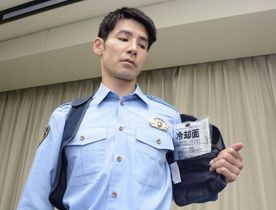 東京五輪・パラリンピックの警備で機動隊員らが装着する「冷却ベスト」=19日午後、警視庁本部