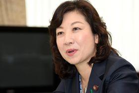 インタビューに答える野田聖子総務相