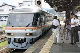JR高山線の一部区間で運転が再開され、高山駅に到着した特急ワイドビューひだ1号=11日午前、岐阜県高山市