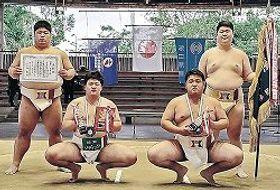個人で優勝の三輪(前列左)と準優勝の小林(同右)。後方は団体2部優勝の石川教員メンバー(左から西野、槻)=堺市大浜公園相撲場