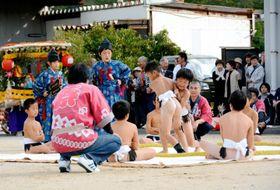 大勢の前で相撲練りを披露する子どもたち