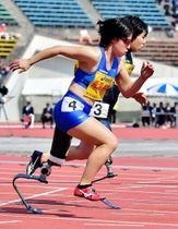 女子パラ100メートル アジア新記録で優勝した兎沢朋美選手(左)=神戸市須磨区緑台、ユニバー記念競技場(撮影・中西幸大)
