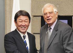 欧州連合(EU)のボレル外交安全保障上級代表(右)と茂木外相