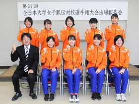 活躍を誓う中京学院大女子陸上競技部の選手たち=瑞浪市役所