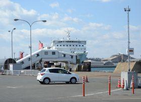 公開された試行運用の様子。写真右側のアンテナでETC搭載車の車検証情報などを読み取る=18日、八戸港フェリーターミナル