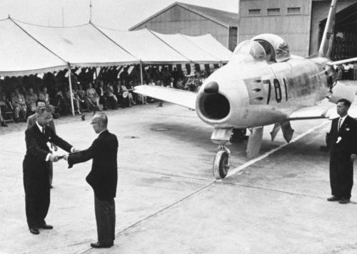 国産F86ジェット戦闘機の引き渡し式、新三菱重工業社長から目録を受ける船田防衛庁長官(左)=1956年