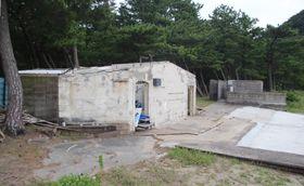 老朽化したシャワー室などの建物(左手前と右奥)=南島原市、野田浜海水浴場