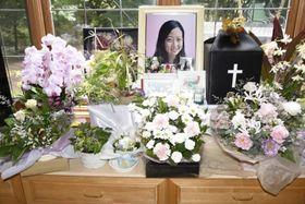 友人からの花や手紙で囲まれた野口麻美さんの遺影=10月13日午後、長野県軽井沢町