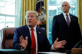 24日、米ホワイトハウスで対イラン追加制裁について話すトランプ大統領(左)(ロイター=共同)