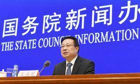 GDP速報値を発表する中国国家統計局の報道官=19日、北京(共同)