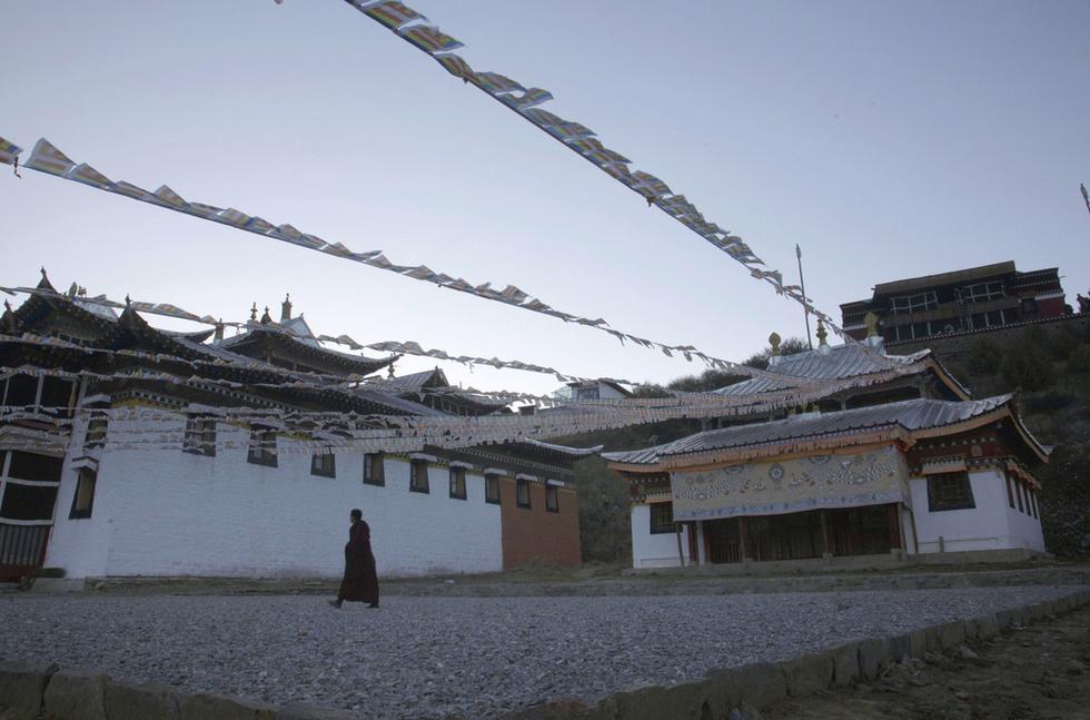 2012年と13年に3人の僧侶が焼身抗議をした僧院内の広場=中国・四川省(撮影・高橋邦典、共同)