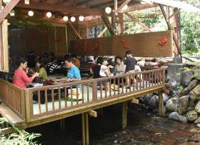 涼を求める観光客でにぎわう西米良村の「川床」