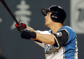 4回、日本ハム・中田が左中間に本塁打を放つ=札幌ドーム