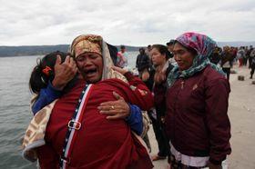 19日、インドネシアのトバ湖で沈没した客船に家族らが乗船していた人々=北スマトラ州(ロイター=共同)