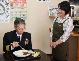 店主の向井さん(右)の説明を聞きながら江田島海自カレーを食べる丸澤学校長