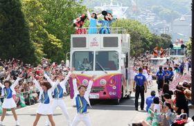 大勢の観客を沸かせたディズニーパレード=長崎市内